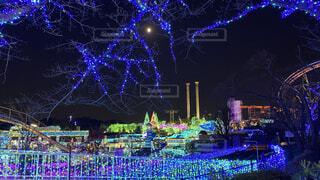 遊園地のイルミネーションと月の写真・画像素材[3940111]