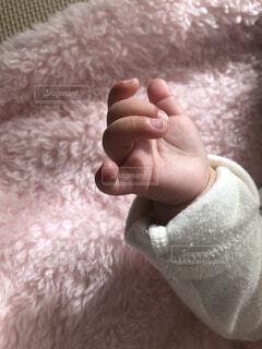 毛布と赤ちゃんの手の写真・画像素材[3950034]