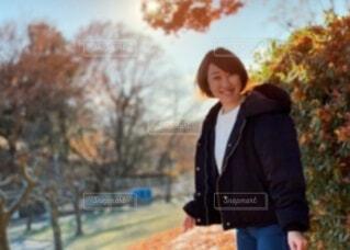 ダウンジャケットを着た女性の屋外ポートレートの写真・画像素材[3980808]
