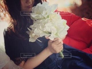 白い花束を持つ女性の写真・画像素材[4166032]