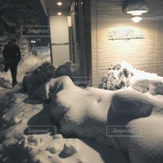 積雪と男性の後ろ姿の写真・画像素材[4168276]
