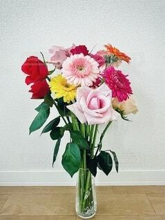 花瓶に入ったバラとガーベラの花の写真・画像素材[4170389]