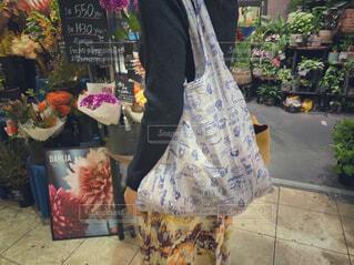 花屋で買い物をする女性の写真・画像素材[4368658]