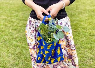 植物の入ったエコバッグを持つ女性の手元の写真・画像素材[4368660]
