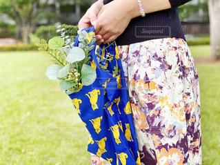 植物の入ったエコバッグを持つ女性の手元の写真・画像素材[4368659]