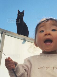 黒猫と女の子のポートレートの写真・画像素材[4551662]