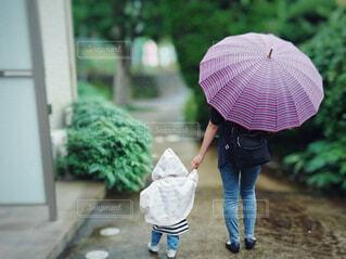 雨の日親子の後ろ姿の写真・画像素材[4625562]