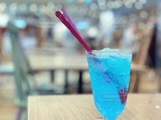 青い炭酸飲料の写真・画像素材[4709084]