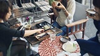 テラス席でお茶をする女性3人の写真・画像素材[4798171]