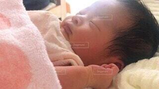 家族,屋内,景色,日常,寝顔,人物,人,赤ちゃん,タオル,幸せ,幼児,新生児,寝かしつけ,ブランケット,ベッド,人間の顔