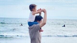 家族,海,空,屋外,ビーチ,親子,水面,女の子,キス,人物,人,肩車,幼児,父親,パパ,娘,子育て,お父さん,お出かけ,イクメン,育児,パーソン