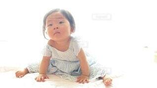 子ども,風景,ワンピース,かわいい,女の子,少女,人物,オシャレ,人,座る,赤ちゃん,可愛い,幼児,記念撮影,お洒落,1歳,ぱちぱち,乳児,拍手,おしゃれ,ベッド,ベビー服,白ホリ,人間の顔
