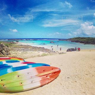砂浜に座ってボートの写真・画像素材[896660]