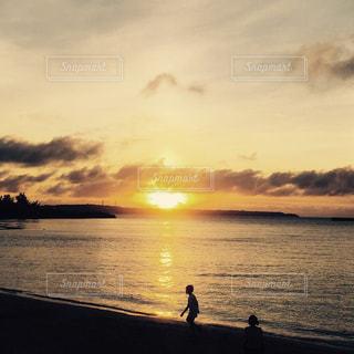 水の体に沈む夕日の写真・画像素材[896674]