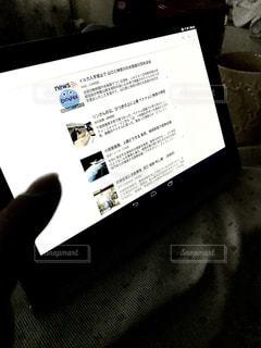 タブレットでのニュースフィード検索。の写真・画像素材[410447]