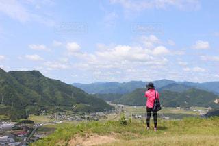 山の前に立っている人の写真・画像素材[766997]