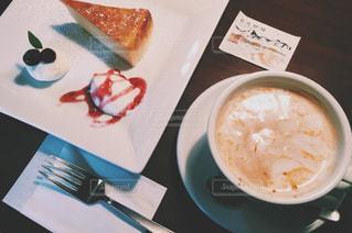 食品とコーヒーのカップのプレートの写真・画像素材[729950]