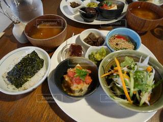 テーブルの上に食べ物の種類で満たされたボウルの写真・画像素材[779191]