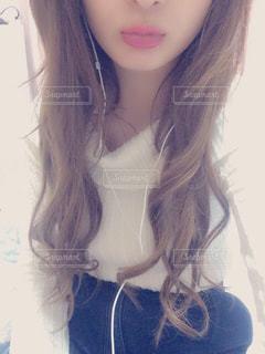黒い髪と白いシャツを着ている女性の写真・画像素材[859391]