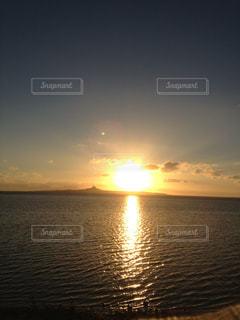 水の体に沈む夕日 - No.969152