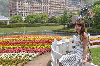 公園のベンチに座っている女性 - No.710646