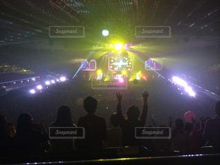 観客の前でステージ上の人のグループ - No.710649