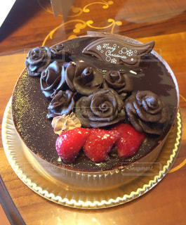 テーブルにバースデー ケーキのプレート - No.841741