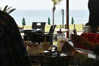 テーブルに座っている男の人の写真・画像素材[851135]