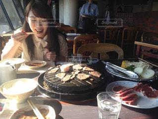 食事のテーブルに座っている女性 - No.855737