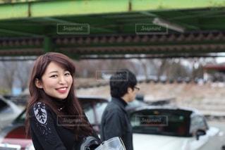 建物の前に立っている女性の写真・画像素材[857953]