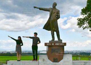 草の中に立っている人々 のグループの写真・画像素材[886553]