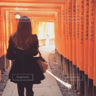 通りを歩く女性の写真・画像素材[906760]