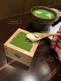 テーブルの上のケーキと木製のまな板 - No.906765