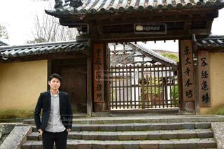 建物の前に立っている人の写真・画像素材[907154]