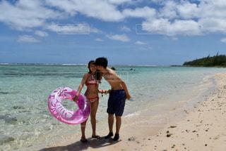 砂のビーチでフリスビーを持って男は、の写真・画像素材[916517]