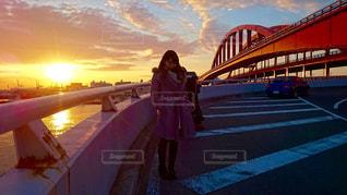 橋の上歩く人の写真・画像素材[957247]