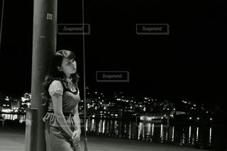 携帯電話で通話中の女性の写真・画像素材[1037834]