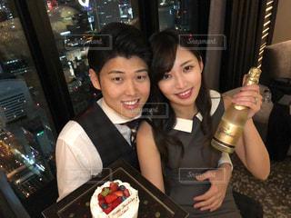 夜景,ケーキ,カップル,笑顔,高層ビル,誕生日,お祝い,記念日,笑う,コンラッド大阪