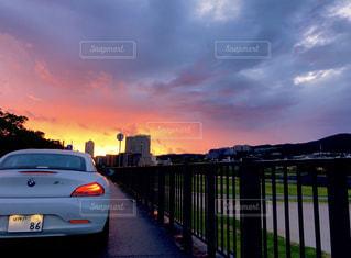 日没の前に停まっている車の写真・画像素材[1241054]