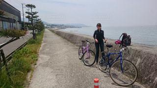 水の体の前で自転車を持つ人の写真・画像素材[1241080]