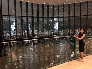 店の窓の前に立っている女の写真・画像素材[1249205]