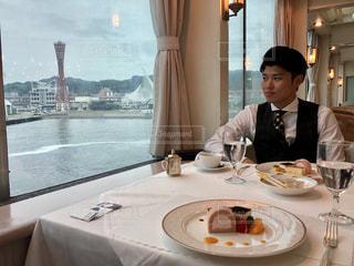 食品のプレートをテーブルに着席した人の写真・画像素材[1249209]