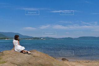 水の体の横に立っている人の写真・画像素材[1265894]