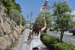 人が通りを歩いています。の写真・画像素材[1265910]