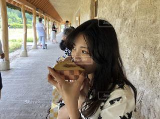 サンドイッチを食べる人の写真・画像素材[1265919]