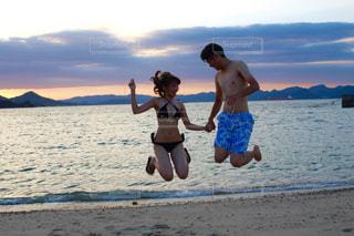 自然,風景,海,空,夏,夕日,カップル,屋外,夕焼け,ジャンプ,夕暮れ,水面,海岸,人物,人,広島