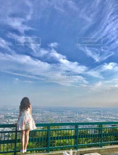 フェンスの前に立っている人の写真・画像素材[1313567]