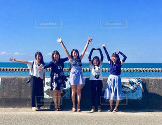 ビーチに立つ人々 のグループの写真・画像素材[1316609]