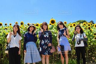 カメラにポーズする人々 のグループの写真・画像素材[1316623]