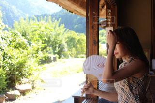 テーブルに座っている女性の写真・画像素材[1326622]